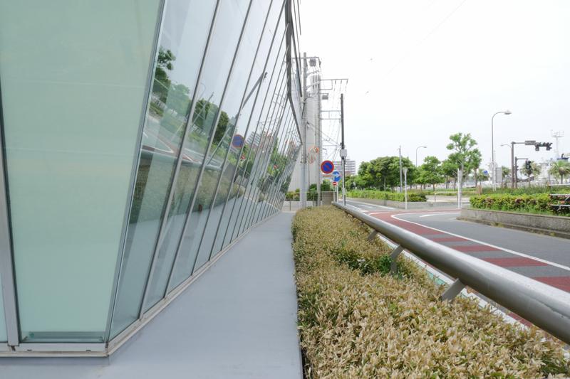 片岡直樹の建もの探訪|横須賀市健康安全科学センターガラスカーテンウォール免震層
