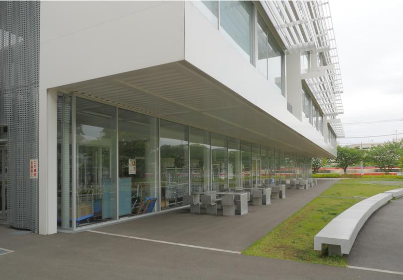片岡直樹の建もの探訪|横浜市立大学YCUスクエア軒下ベンチ