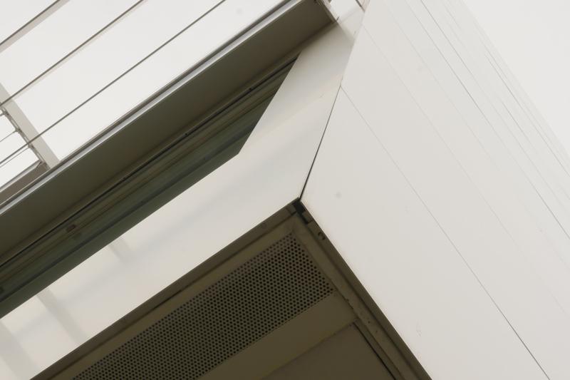 片岡直樹の建もの探訪|横浜市立大学YCUスクエア跳ねだし部見上げ