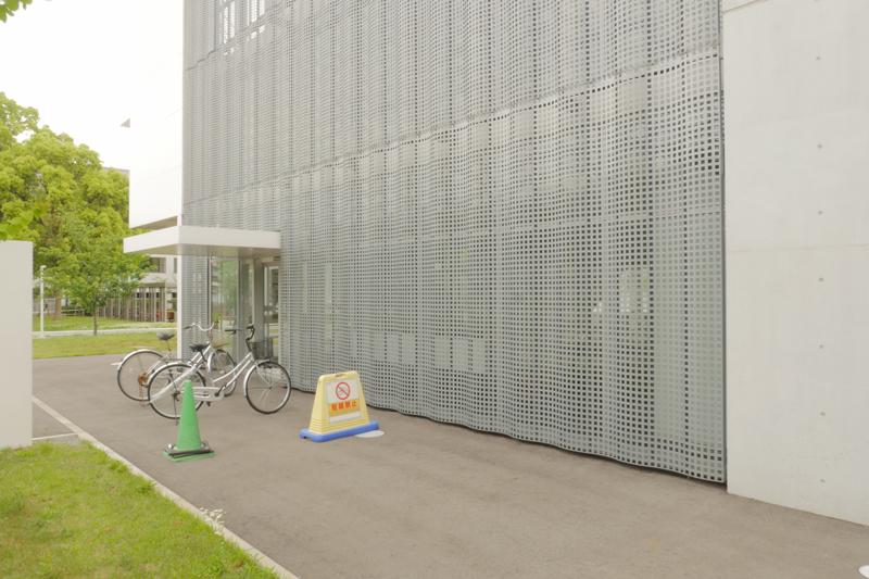 片岡直樹の建もの探訪|横浜市立大学YCUスクエア四角穴パンチングスクリーン