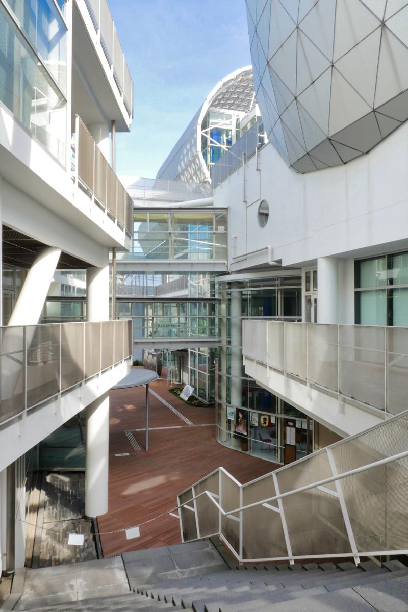 片岡直樹の建もの探訪|ユートリア(すみだ生涯学習センター)2階からプラザを見る
