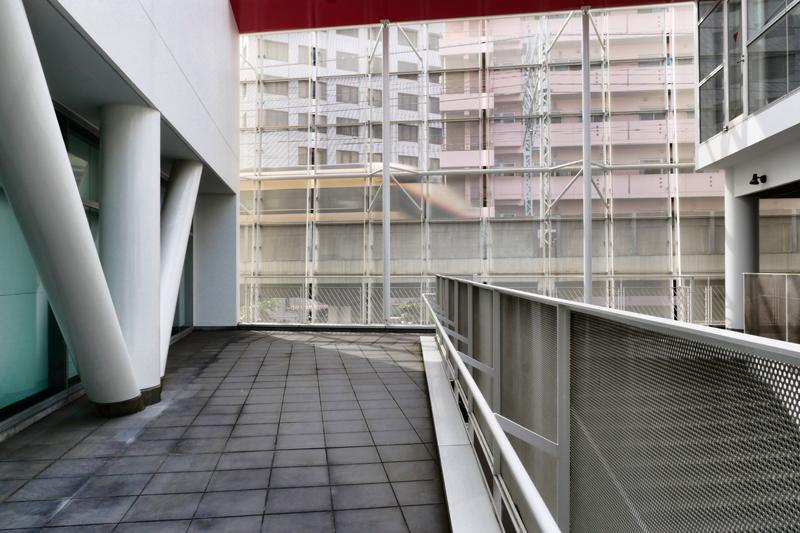 片岡直樹の建もの探訪|ユートリア(すみだ生涯学習センター)2階から鉄道側スクリーン 金色東武鉄道スペーシア