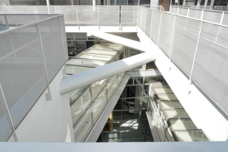 片岡直樹の建もの探訪|ユートリア(すみだ生涯学習センター)プラザの見下げ