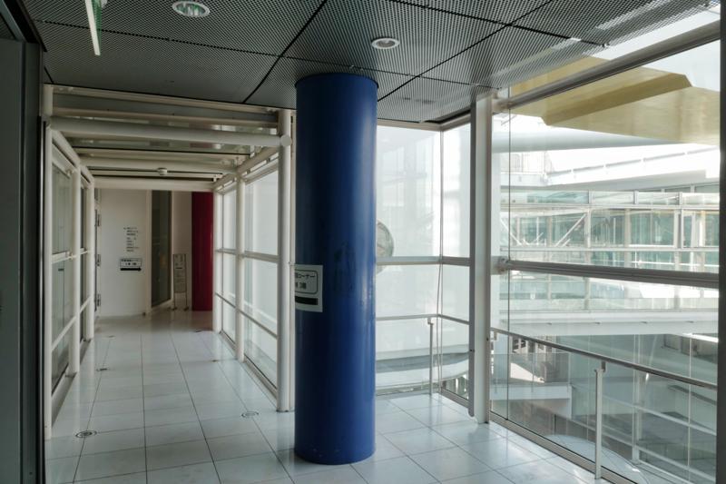 片岡直樹の建もの探訪|ユートリア(すみだ生涯学習センター)3階 A棟 廊下エレベーターホール
