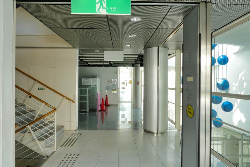片岡直樹の建もの探訪|ユートリア(すみだ生涯学習センター)A棟3階エレベータホールから視聴覚ホールの眺め