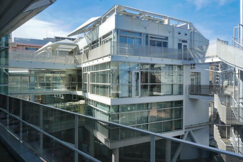 片岡直樹の建もの探訪|ユートリア(すみだ生涯学習センター)3階 B棟 視聴覚室からA棟の眺め