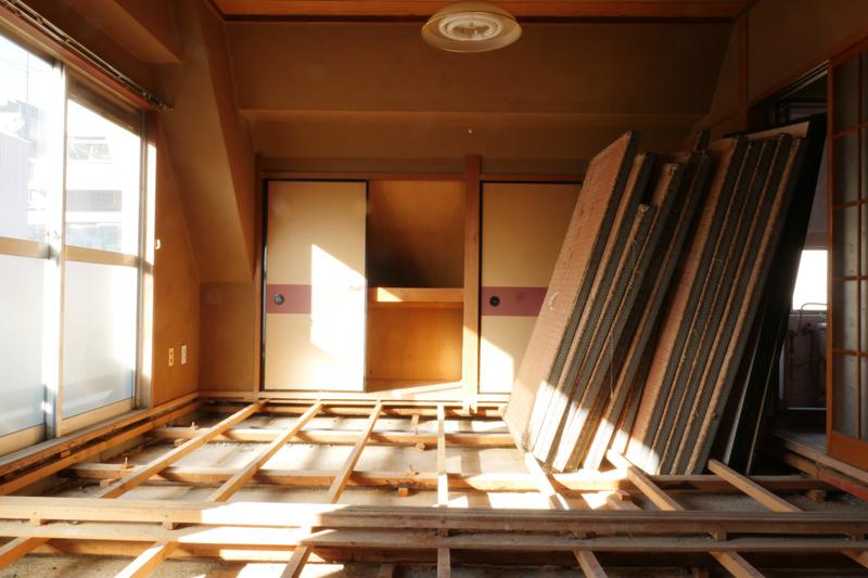 マンション経営|空室対策|一棟フルリノベーションの設計中です。現在すでに空室で設計に生かせる既存躯体情報を反映させるため、既存躯体床レベルの確認 天井フトコロの確認 既存配管ルートの確認 既存スリーブの確認などを行うため試験的に内装を解体しました。2階北側居室