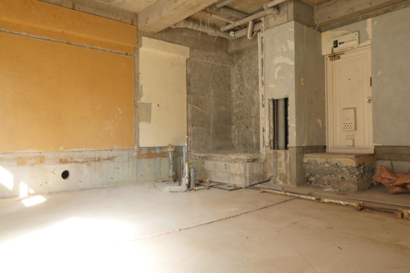 マンション経営|空室対策|一棟フルリノベーションの設計中です。現在すでに空室で設計に生かせる既存躯体情報を反映させるため、既存躯体床レベルの確認 天井フトコロの確認 既存配管ルートの確認 既存スリーブの確認などを行うため試験的に内装を解体しました。1階廊下側