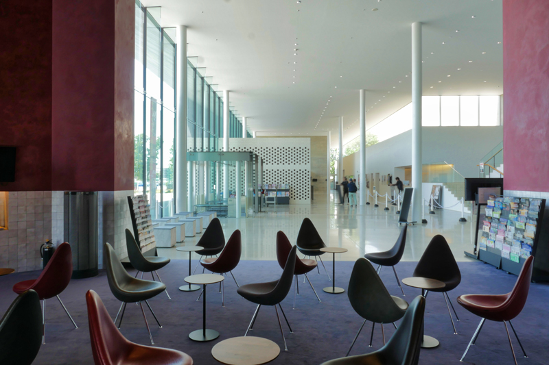 ラウンジからロビー|太田市民会館|住宅/ビル/マンション設計者の建もの探訪