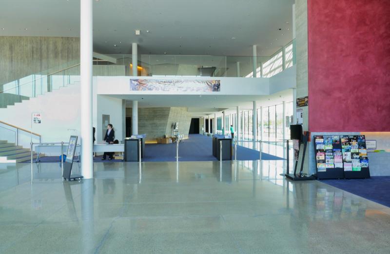 ロビーからホワイエ|太田市民会館|住宅/ビル/マンション設計者の建もの探訪