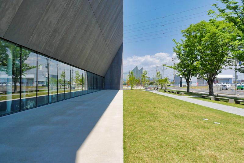 ホワイエ側外観ガラスカーテンウォール|太田市民会館|住宅/ビル/マンション設計者の建もの探訪