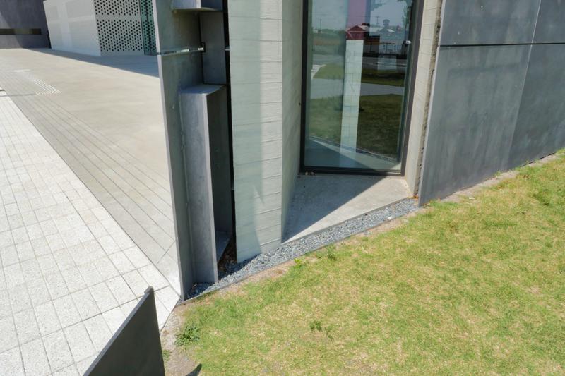 ラウンジ外留部ディテール|太田市民会館|住宅/ビル/マンション設計者の建もの探訪