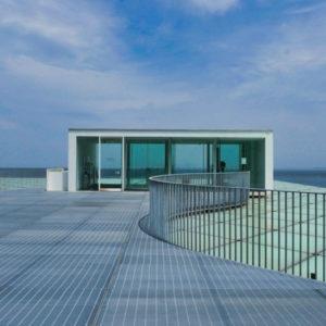 屋上広場 住宅/ビル/マンションのデザイン建築設計事務所をしている片岡直樹が向学のために名建築を訪ねるシリーズです。 今回は神奈川県横須賀市にあります。横須賀美術館を見学してきました。