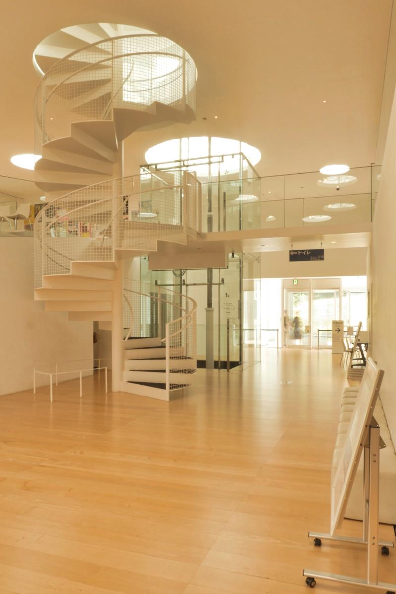エレベーターホール 住宅/ビル/マンションのデザイン建築設計事務所をしている片岡直樹が向学のために名建築を訪ねるシリーズです。 今回は神奈川県横須賀市にあります。横須賀美術館を見学してきました。