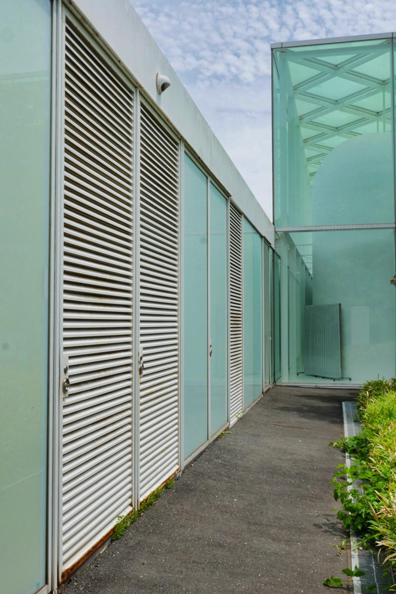 本館裏側 住宅/ビル/マンションのデザイン建築設計事務所をしている片岡直樹が向学のために名建築を訪ねるシリーズです。 今回は神奈川県横須賀市にあります。横須賀美術館を見学してきました。