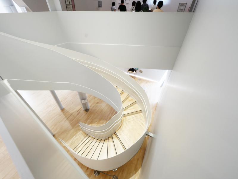 螺旋階段見下ろし|すみだ北斎美術館|住宅/ビル/マンション設計者の建もの探訪