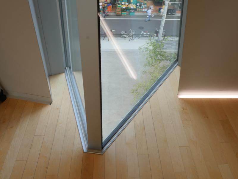3階ホワイエ窓下部ディテール|すみだ北斎美術館|住宅/ビル/マンション設計者の建もの探訪