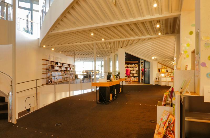 2F図書カウンター|太田市美術館・図書館|住宅/ビル/マンション設計者の建もの探訪