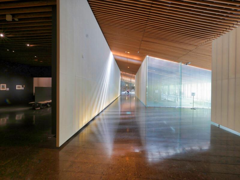 住宅/ビル/マンションのデザイン建築設計事務所をしている片岡直樹が向学のために名建築を訪ねるシリーズです。栃木県那須郡那珂川町にあります隈研吾先生による設計の那珂川町馬頭広重美術館を見学してきました。職員の方の許可を頂き外観と展示室以外にあるエントランス部の内部撮影をさせて頂きました。新建築 2000年11月号に発表された作品です。村野藤吾賞 日本建築学会作品選奨などを受賞されています。美術館にはカフェが併設されています。