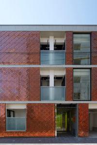 2014年 デザイナーズマンションの設計でグッドデザイン賞を頂きました。 道路側見返しのファサードの眺め