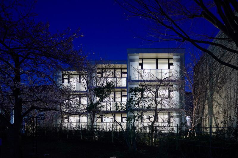 夜景 ガラススクリーンが浮かび上がる石神井川沿いの眺め
