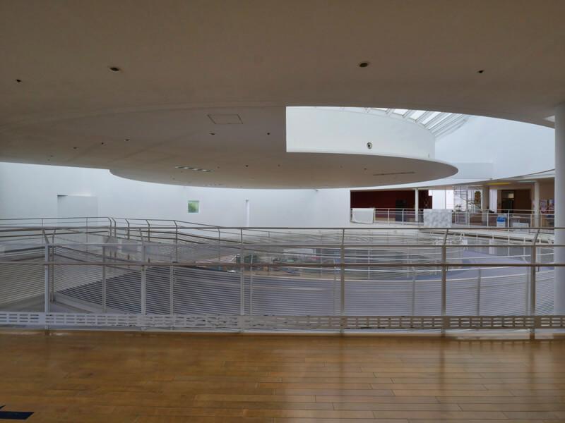 スパイラルスロープ2階 住宅/ビル/マンションのデザイン建築設計事務所をしている片岡直樹が向学のために名建築を訪ねるシリーズです。福島県郡山市にあります渡部和生先生による設計の福島県立郡山養護学校を見学してきました。職員の方の許可を頂き外観と内部撮影をさせて頂きました。新建築 新建築 2001年7月号に発表された作品です。国内で最も権威のある建築の賞である日本建築学会賞・作品賞を2004年に受賞されています。