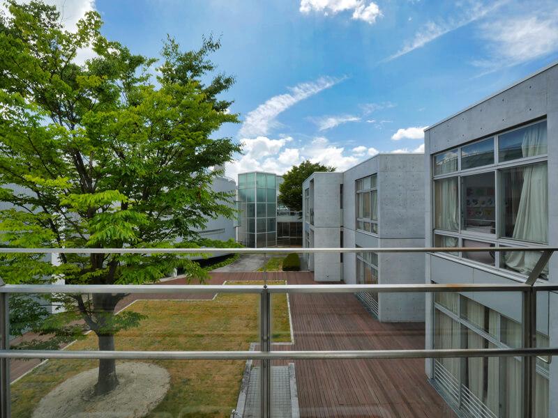 2階渡り廊下から中庭方向の眺め 住宅/ビル/マンションのデザイン建築設計事務所をしている片岡直樹が向学のために名建築を訪ねるシリーズです。福島県郡山市にあります渡部和生先生による設計の福島県立郡山養護学校を見学してきました。職員の方の許可を頂き外観と内部撮影をさせて頂きました。新建築 新建築 2001年7月号に発表された作品です。国内で最も権威のある建築の賞である日本建築学会賞・作品賞を2004年に受賞されています。