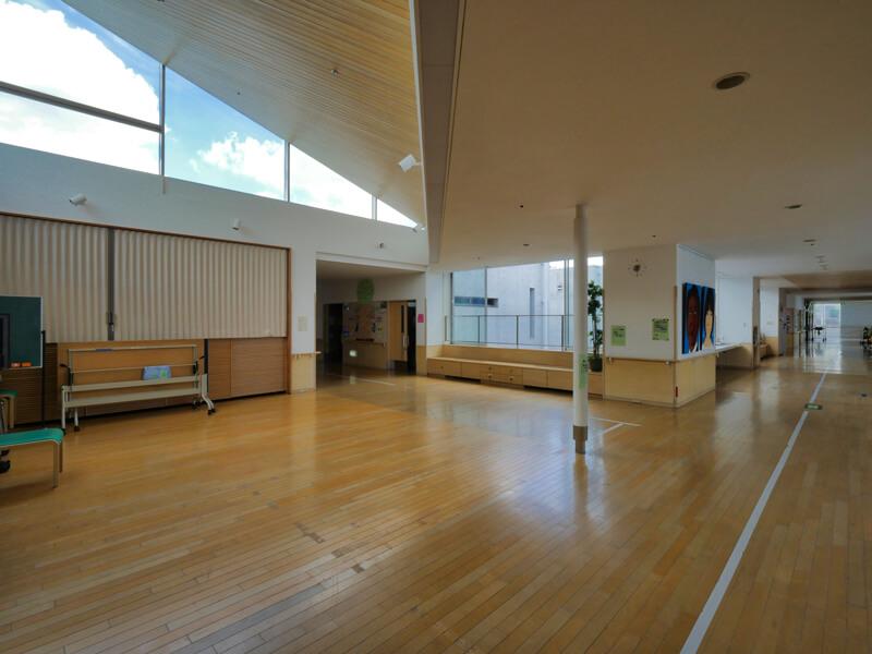 ハイサイドライトのあるスペース 住宅/ビル/マンションのデザイン建築設計事務所をしている片岡直樹が向学のために名建築を訪ねるシリーズです。福島県郡山市にあります渡部和生先生による設計の福島県立郡山養護学校を見学してきました。職員の方の許可を頂き外観と内部撮影をさせて頂きました。新建築 新建築 2001年7月号に発表された作品です。国内で最も権威のある建築の賞である日本建築学会賞・作品賞を2004年に受賞されています。