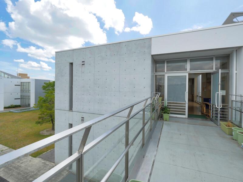 渡り廊下 住宅/ビル/マンションのデザイン建築設計事務所をしている片岡直樹が向学のために名建築を訪ねるシリーズです。福島県郡山市にあります渡部和生先生による設計の福島県立郡山養護学校を見学してきました。職員の方の許可を頂き外観と内部撮影をさせて頂きました。新建築 新建築 2001年7月号に発表された作品です。国内で最も権威のある建築の賞である日本建築学会賞・作品賞を2004年に受賞されています。