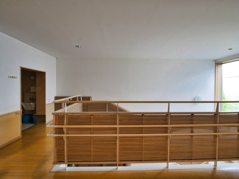 住宅/内部廊下部分の手すりディテール ビル/マンションのデザイン建築設計事務所をしている片岡直樹が向学のために名建築を訪ねるシリーズです。福島県郡山市にあります渡部和生先生による設計の福島県立郡山養護学校を見学してきました。職員の方の許可を頂き外観と内部撮影をさせて頂きました。新建築 新建築 2001年7月号に発表された作品です。国内で最も権威のある建築の賞である日本建築学会賞・作品賞を2004年に受賞されています。
