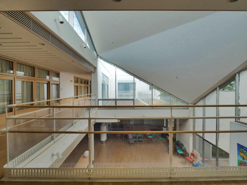 住宅/内部廊下部分手すりディテール ビル/マンションのデザイン建築設計事務所をしている片岡直樹が向学のために名建築を訪ねるシリーズです。福島県郡山市にあります渡部和生先生による設計の福島県立郡山養護学校を見学してきました。職員の方の許可を頂き外観と内部撮影をさせて頂きました。新建築 新建築 2001年7月号に発表された作品です。国内で最も権威のある建築の賞である日本建築学会賞・作品賞を2004年に受賞されています。