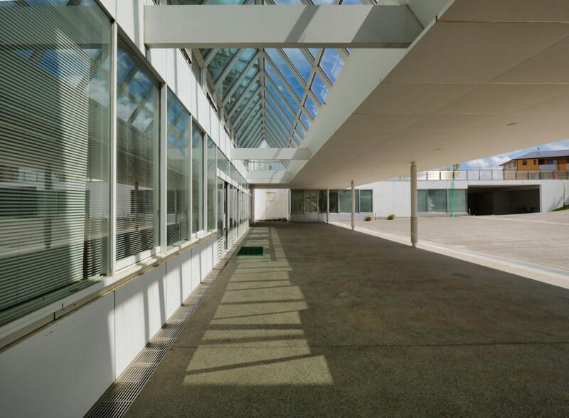 住宅/エントランストップライト ビル/マンションのデザイン建築設計事務所をしている片岡直樹が向学のために名建築を訪ねるシリーズです。福島県郡山市にあります渡部和生先生による設計の福島県立郡山養護学校を見学してきました。職員の方の許可を頂き外観と内部撮影をさせて頂きました。新建築 新建築 2001年7月号に発表された作品です。国内で最も権威のある建築の賞である日本建築学会賞・作品賞を2004年に受賞されています。