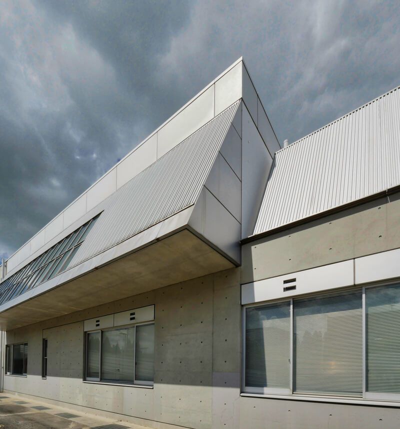 金属パネル スパンドレル コンクリート サッシ ディテール 住宅/ビル/マンションのデザイン建築設計事務所をしている片岡直樹が向学のために名建築を訪ねるシリーズです。福島県郡山市にあります渡部和生先生による設計の福島県立郡山養護学校を見学してきました。職員の方の許可を頂き外観と内部撮影をさせて頂きました。新建築 新建築 2001年7月号に発表された作品です。国内で最も権威のある建築の賞である日本建築学会賞・作品賞を2004年に受賞されています。