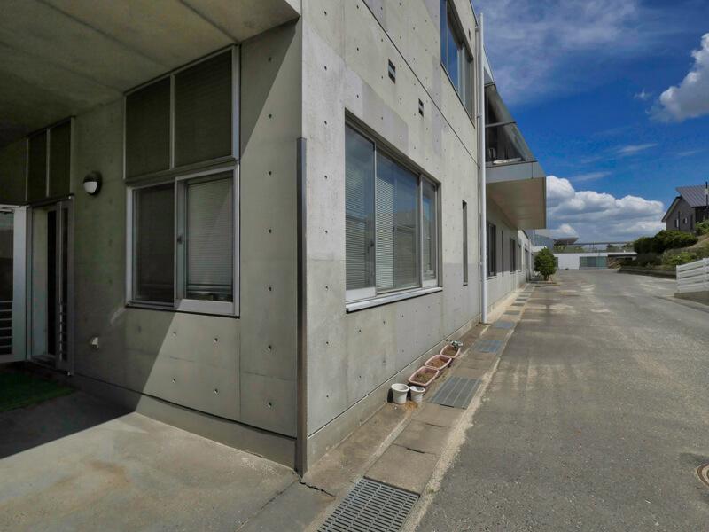 コーナーガード ディテール 住宅/ビル/マンションのデザイン建築設計事務所をしている片岡直樹が向学のために名建築を訪ねるシリーズです。福島県郡山市にあります渡部和生先生による設計の福島県立郡山養護学校を見学してきました。職員の方の許可を頂き外観と内部撮影をさせて頂きました。新建築 新建築 2001年7月号に発表された作品です。国内で最も権威のある建築の賞である日本建築学会賞・作品賞を2004年に受賞されています。