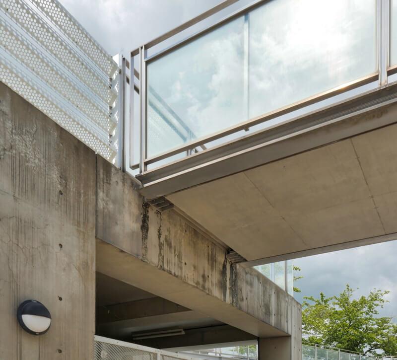 渡り廊下床版 コンクリート躯体接合部ディテール 住宅/ビル/マンションのデザイン建築設計事務所をしている片岡直樹が向学のために名建築を訪ねるシリーズです。福島県郡山市にあります渡部和生先生による設計の福島県立郡山養護学校を見学してきました。職員の方の許可を頂き外観と内部撮影をさせて頂きました。新建築 新建築 2001年7月号に発表された作品です。国内で最も権威のある建築の賞である日本建築学会賞・作品賞を2004年に受賞されています。