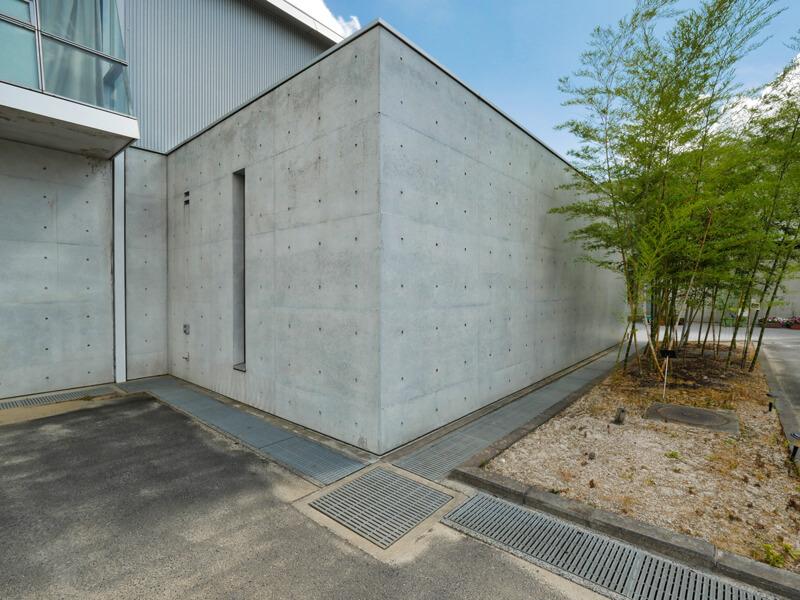 コンクリート外壁の表現 住宅/ビル/マンションのデザイン建築設計事務所をしている片岡直樹が向学のために名建築を訪ねるシリーズです。福島県郡山市にあります渡部和生先生による設計の福島県立郡山養護学校を見学してきました。職員の方の許可を頂き外観と内部撮影をさせて頂きました。新建築 新建築 2001年7月号に発表された作品です。国内で最も権威のある建築の賞である日本建築学会賞・作品賞を2004年に受賞されています。
