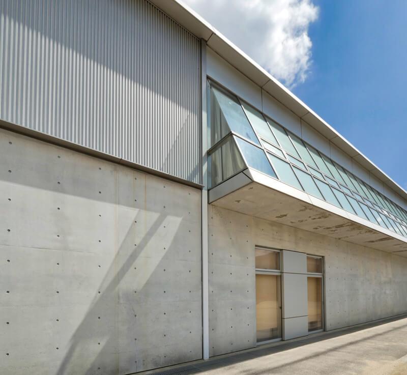外壁のディテール 住宅/ビル/マンションのデザイン建築設計事務所をしている片岡直樹が向学のために名建築を訪ねるシリーズです。福島県郡山市にあります渡部和生先生による設計の福島県立郡山養護学校を見学してきました。職員の方の許可を頂き外観と内部撮影をさせて頂きました。新建築 新建築 2001年7月号に発表された作品です。国内で最も権威のある建築の賞である日本建築学会賞・作品賞を2004年に受賞されています。