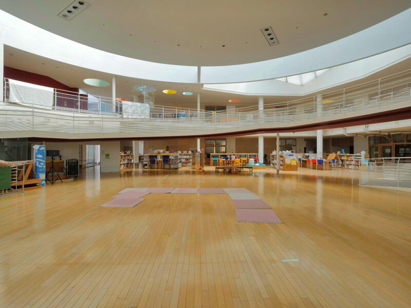 スパイラススロープの中央 住宅/ビル/マンションのデザイン建築設計事務所をしている片岡直樹が向学のために名建築を訪ねるシリーズです。福島県郡山市にあります渡部和生先生による設計の福島県立郡山養護学校を見学してきました。職員の方の許可を頂き外観と内部撮影をさせて頂きました。新建築 新建築 2001年7月号に発表された作品です。国内で最も権威のある建築の賞である日本建築学会賞・作品賞を2004年に受賞されています。