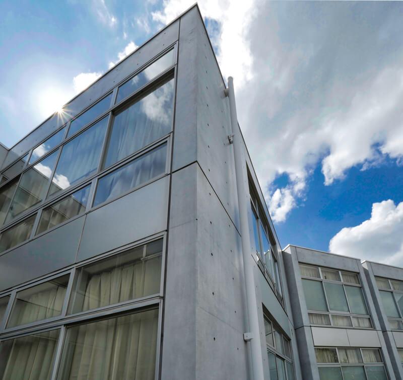 外壁端部のディテール 住宅/ビル/マンションのデザイン建築設計事務所をしている片岡直樹が向学のために名建築を訪ねるシリーズです。福島県郡山市にあります渡部和生先生による設計の福島県立郡山養護学校を見学してきました。職員の方の許可を頂き外観と内部撮影をさせて頂きました。新建築 新建築 2001年7月号に発表された作品です。国内で最も権威のある建築の賞である日本建築学会賞・作品賞を2004年に受賞されています。