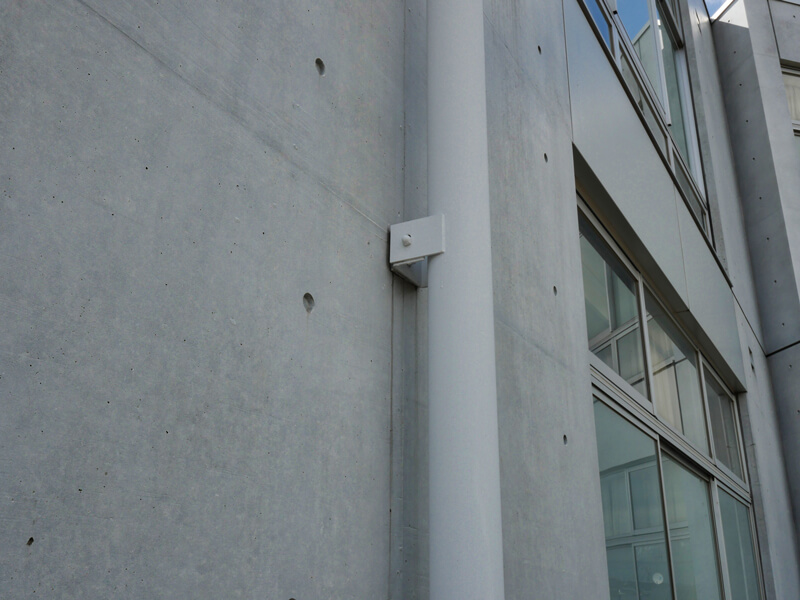 外部樋ディテール 住宅/ビル/マンションのデザイン建築設計事務所をしている片岡直樹が向学のために名建築を訪ねるシリーズです。福島県郡山市にあります渡部和生先生による設計の福島県立郡山養護学校を見学してきました。職員の方の許可を頂き外観と内部撮影をさせて頂きました。新建築 新建築 2001年7月号に発表された作品です。国内で最も権威のある建築の賞である日本建築学会賞・作品賞を2004年に受賞されています。