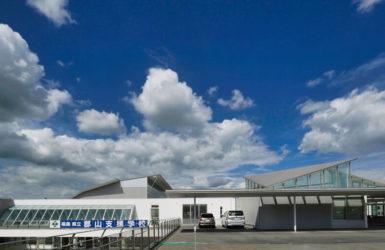 住宅/ビル/マンションのデザイン建築設計事務所をしている片岡直樹が向学のために名建築を訪ねるシリーズです。福島県郡山市にあります渡部和生先生による設計の福島県立郡山養護学校を見学してきました。職員の方の許可を頂き外観と内部撮影をさせて頂きました。新建築 新建築 2001年7月号に発表された作品です。国内で最も権威のある建築の賞である日本建築学会賞・作品賞を2004年に受賞されています。