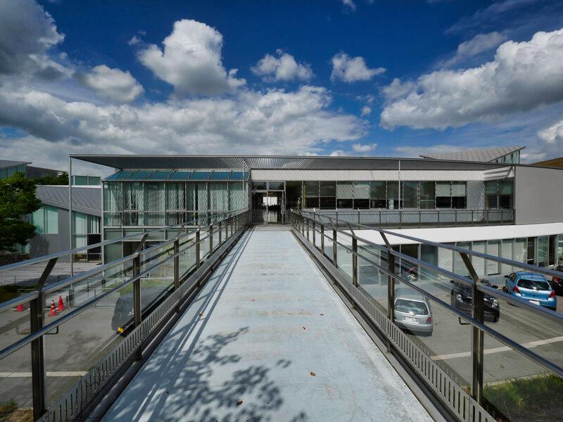 庇 パーゴラの影 住宅/ビル/マンションのデザイン建築設計事務所をしている片岡直樹が向学のために名建築を訪ねるシリーズです。福島県郡山市にあります渡部和生先生による設計の福島県立郡山養護学校を見学してきました。職員の方の許可を頂き外観と内部撮影をさせて頂きました。新建築 新建築 2001年7月号に発表された作品です。国内で最も権威のある建築の賞である日本建築学会賞・作品賞を2004年に受賞されています。