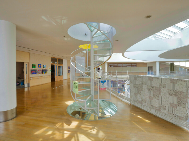 スパイラルスロープの2階から屋上に登る階段 住宅/ビル/マンションのデザイン建築設計事務所をしている片岡直樹が向学のために名建築を訪ねるシリーズです。福島県郡山市にあります渡部和生先生による設計の福島県立郡山養護学校を見学してきました。職員の方の許可を頂き外観と内部撮影をさせて頂きました。新建築 新建築 2001年7月号に発表された作品です。国内で最も権威のある建築の賞である日本建築学会賞・作品賞を2004年に受賞されています。