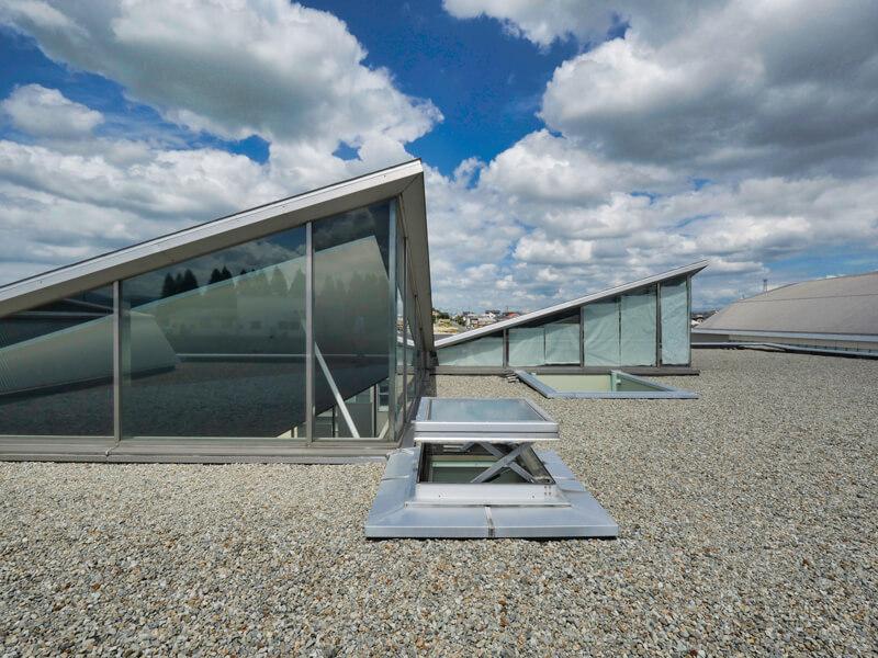 ハイサイドライト 屋上から 住宅/ビル/マンションのデザイン建築設計事務所をしている片岡直樹が向学のために名建築を訪ねるシリーズです。福島県郡山市にあります渡部和生先生による設計の福島県立郡山養護学校を見学してきました。職員の方の許可を頂き外観と内部撮影をさせて頂きました。新建築 新建築 2001年7月号に発表された作品です。国内で最も権威のある建築の賞である日本建築学会賞・作品賞を2004年に受賞されています。