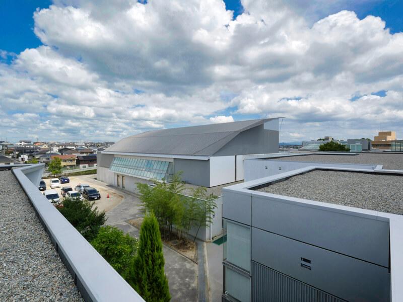 体育館の屋根が非常に薄い仕上げに見えます。 住宅/ビル/マンションのデザイン建築設計事務所をしている片岡直樹が向学のために名建築を訪ねるシリーズです。福島県郡山市にあります渡部和生先生による設計の福島県立郡山養護学校を見学してきました。職員の方の許可を頂き外観と内部撮影をさせて頂きました。新建築 新建築 2001年7月号に発表された作品です。国内で最も権威のある建築の賞である日本建築学会賞・作品賞を2004年に受賞されています。