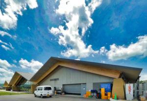 住宅/ビル/マンションのデザイン建築設計事務所をしている片岡直樹が向学のために名建築を訪ねるシリーズです。栃木県芳賀郡益子町にあります原田真宏先生原田麻魚先生による設計の道の駅ましこを見学してきました。職員の方の許可を頂き外観と内部撮影をさせて頂きました。栃木県芳賀郡益子町に発表された作品です。2017年度JIA日本建築大賞を受賞されています。