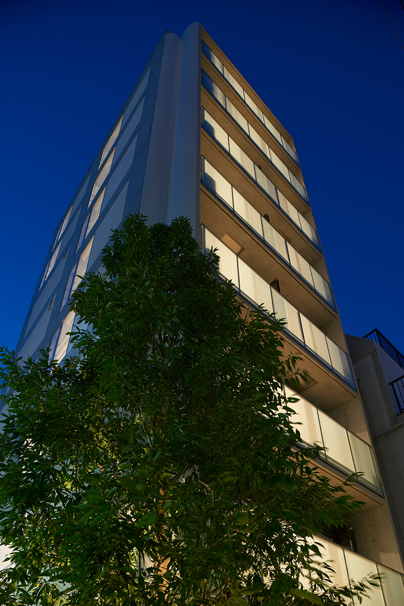 商業地で大きな樹木を植える 賃貸併用住宅 自宅兼賃貸マンション建替え事例 デザイナーズマンション