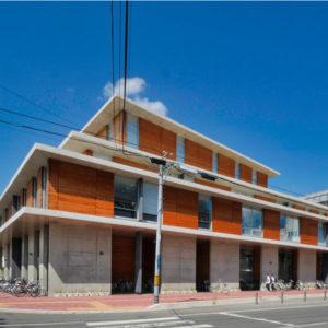 外観 住宅/ビル/マンションのデザイン建築設計事務所をしている片岡直樹が向学のために名建築を訪ねるシリーズです。山形県米沢市にあります山下設計さんによる設計の市立米沢図書館・なせBA・米沢市民ギャラリーを見学してきました。職員の方の許可を頂き外観と一部の内部撮影をさせて頂きました。新建築 2017年3月号に発表された作品です。
