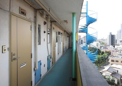 廊下 before デザインリノベーション|賃貸マンション外壁大規模修繕|リフォーム空室改善事例