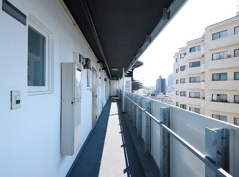 廊下 after 躯体軽量化による耐震性の向上 デザインリノベーション|賃貸マンション外壁大規模修繕|リフォーム空室改善事例